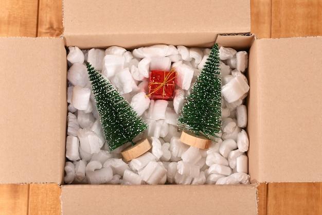 Décorations de noël dans une boîte aux lettres en carton