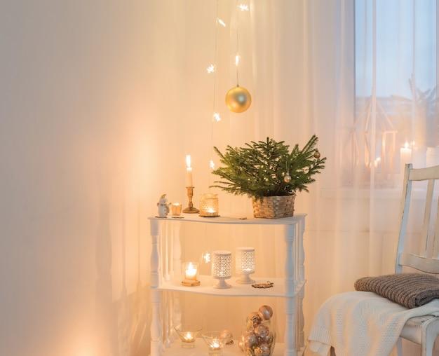 Décorations de noël dans un intérieur vintage blanc