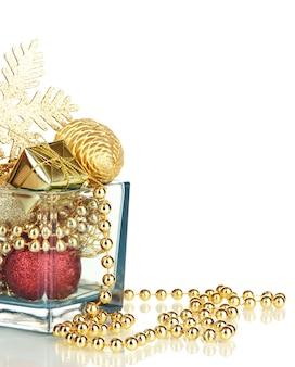 Décorations de noël dans un vase en verre isolated on white