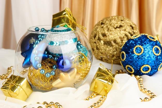Décorations de noël dans un vase en verre se bouchent