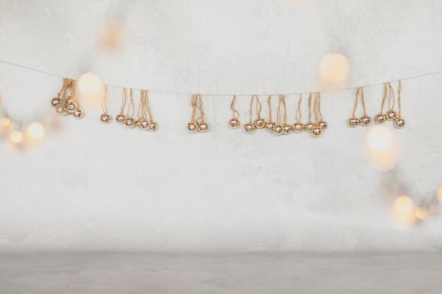 Décorations de noël dorées sur fond blanc