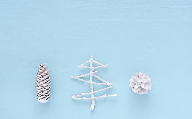 Décorations de noël et du nouvel an sur fond bleu