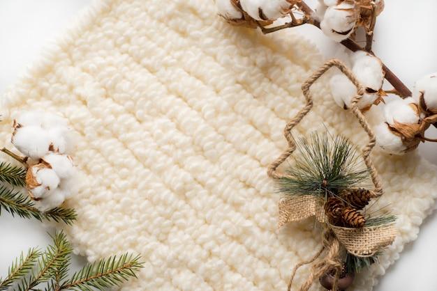 Décorations de noël avec des écharpes tricotées et du coton