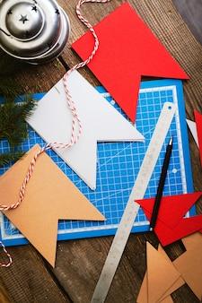 Décorations de noël. faire des guirlandes de drapeaux. matériaux et outils