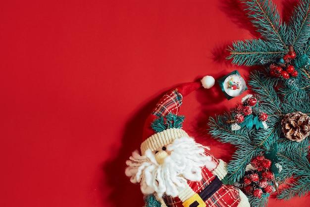 Décorations de noël sur fond rouge chaud. thème de noël et du nouvel an. place pour votre texte, souhaits, logo. maquette. vue de dessus. espace de copie. nature morte. mise à plat.