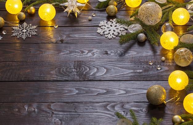 Décorations de noël avec des lumières sur fond de bois foncé