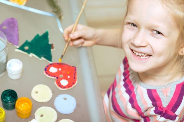 Décorations de noël. petite fille a fait et peint le coeur