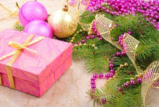 Décorations de noël rose et or sur branche de pin vert