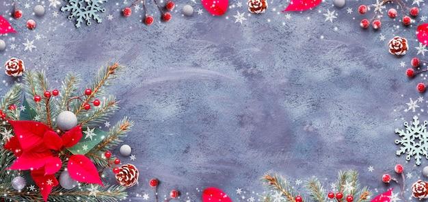 Décorations de noël rouges et vertes sur fond texturé foncé