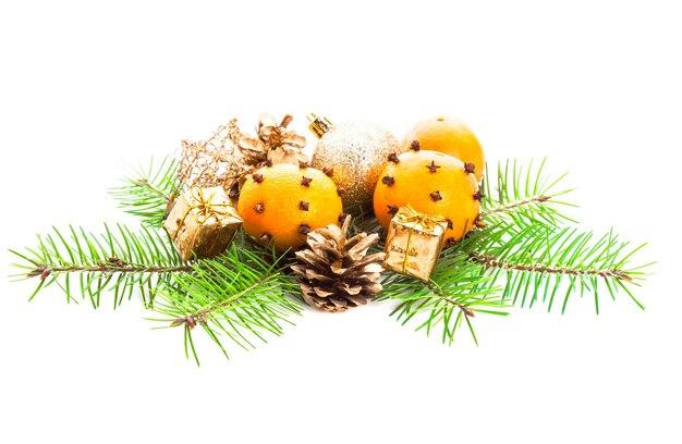 Décorations de noël - sapin, mandarines et cadeaux d'or sur blanc