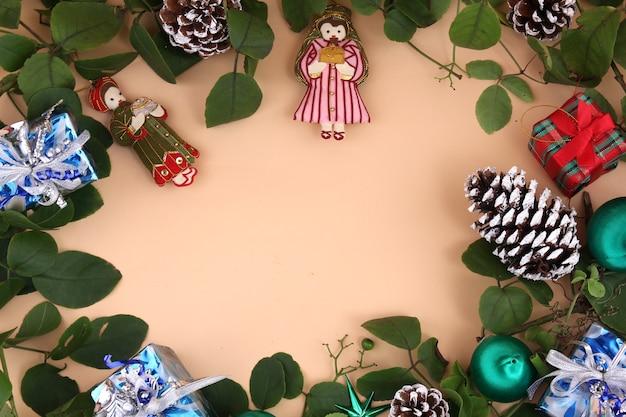 Décorations de noël et vignes et pommes de pin séchées et cadeaux