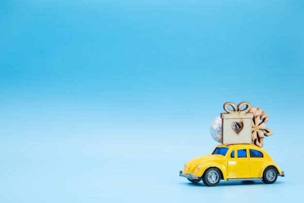 Décorations de noël sur une voiture jaune