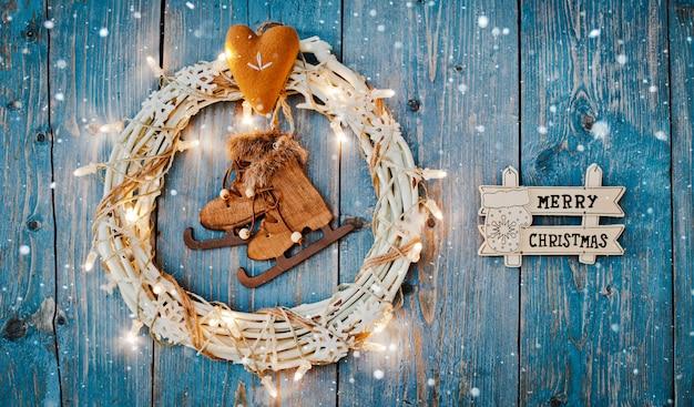 Décorations de nouvel an autour de l'espace vide de lettre de noël pour le texte brûlant des guirlandes de lumières sur fond de bois bleu.