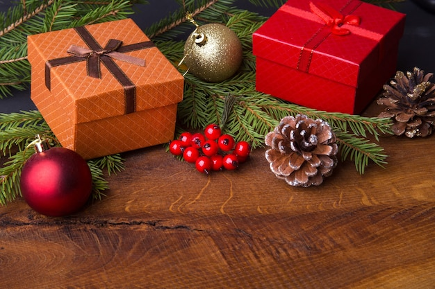 Décorations de nouvel an ou de noël avec coffrets cadeaux, bougies et boules.