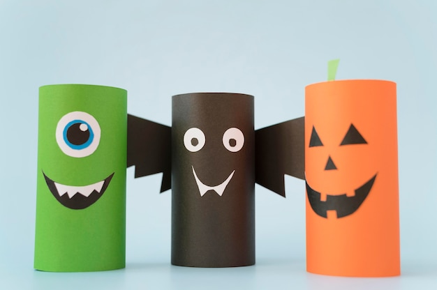 Décorations en papier halloween sur table