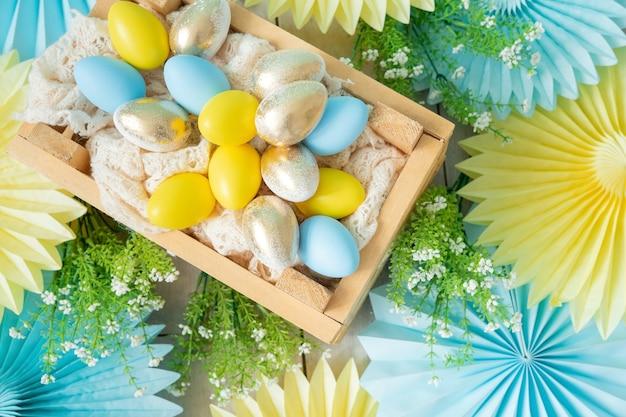 Décorations en papier de soie ventilateurs et boîte en bois avec des œufs