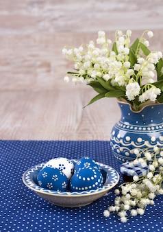Décorations de pâques bleues et blanches sur bois