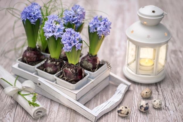Décorations de pâques avec des fleurs bleues en jacinthe