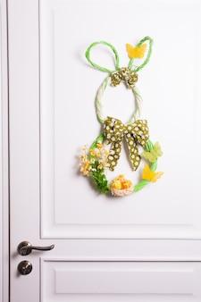 Décorations de pâques - lapin en osier sur la porte