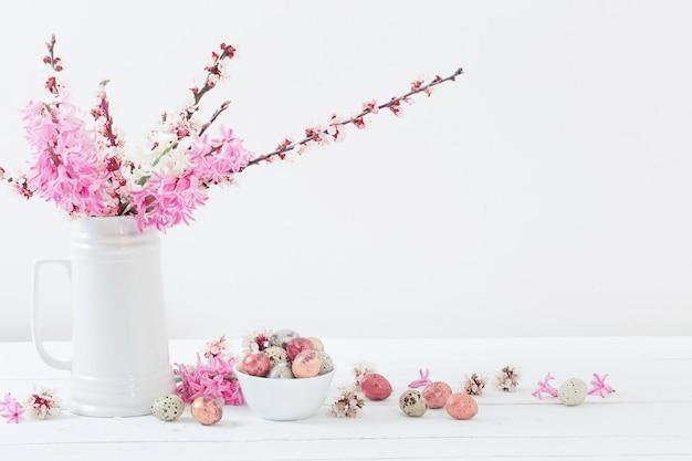 Décorations de pâques avec des œufs et des fleurs