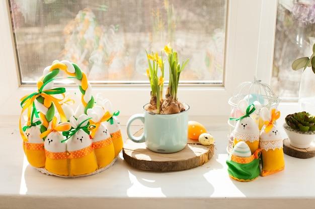 Décorations de pâques - panier textile avec oeufs et lapins