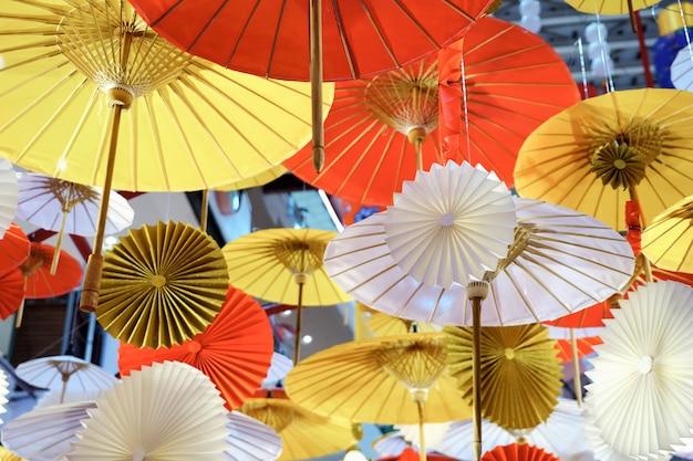 Des décorations de parapluies colorées traditionnelles à couper le souffle sont accrochées au plafond rayé en gros plan