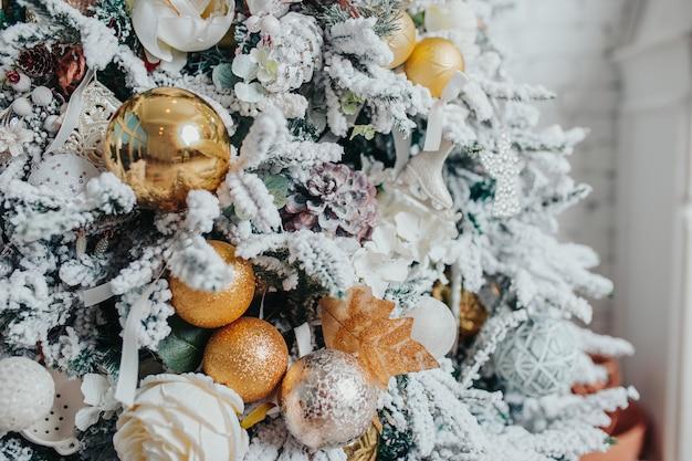 Décorations pour arbres de noël. différents ornements de noël, anges, boules, flocons de neige sur l'arbre. décorations de noël .