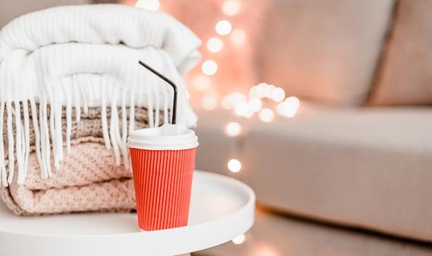 Décorations pour la maison confortables à l'intérieur avec tricot et tasse dans le salon
