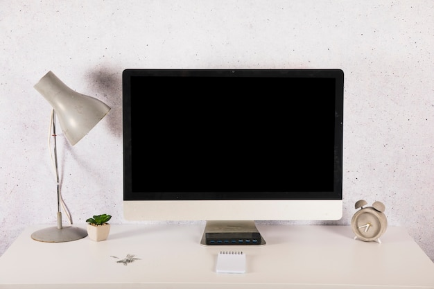 Décorations et réveil près de l'ordinateur