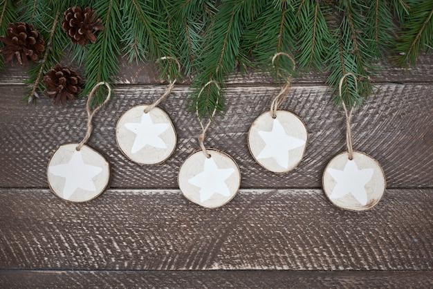 Décorations rondes en bois et quelques cônes
