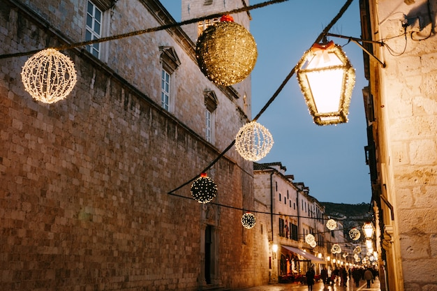 Décorations de rue de noël sur la place de la vieille ville de dubrovnik en croatie pour le nouvel an