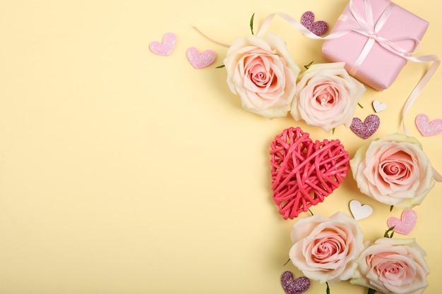 Décorations de la saint-valentin, bouquet et cadeau sur fond jaune