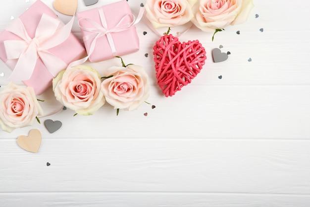 Décorations de la saint-valentin, bouquet et cadeaux sur fond blanc