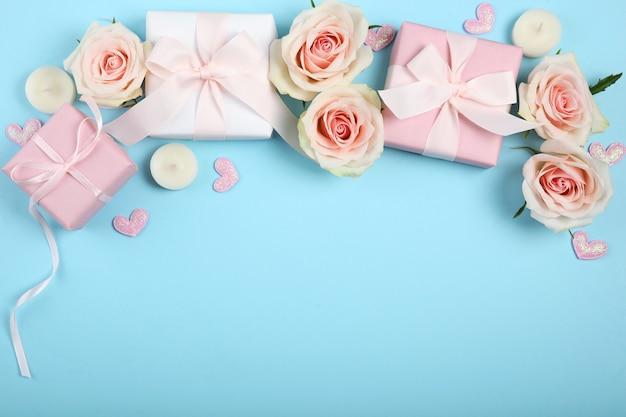 Décorations de la saint-valentin, bouquet et cadeaux sur fond bleu