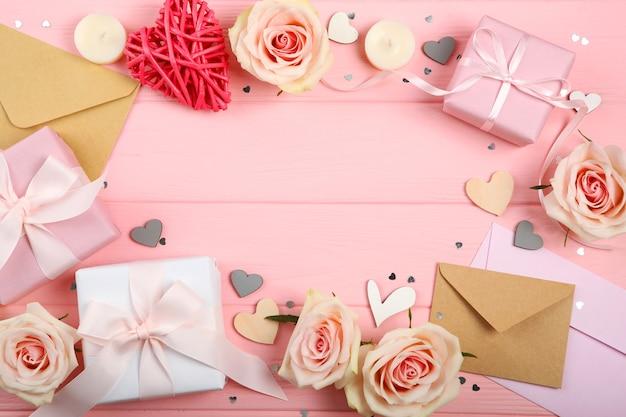 Décorations de la saint-valentin, bouquet et cadeaux sur fond rose