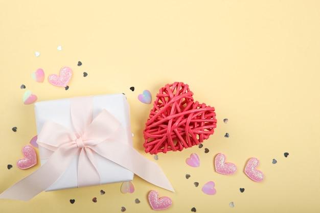 Décorations de la saint-valentin et cadeaux sur fond jaune