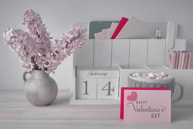 Décorations de la saint-valentin, organisateur de bureau blanc avec cal