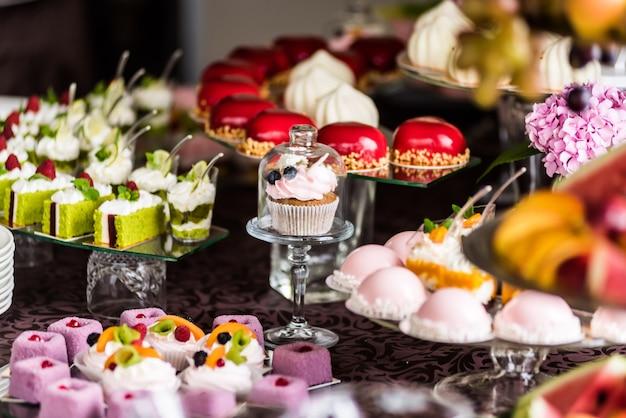 Décorations savoureuses de mariage ou d'anniversaire. candy bar. table sucrée