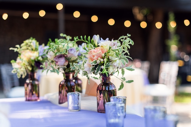 Décorations de table de fleurs pour les vacances et le dîner de mariage.
