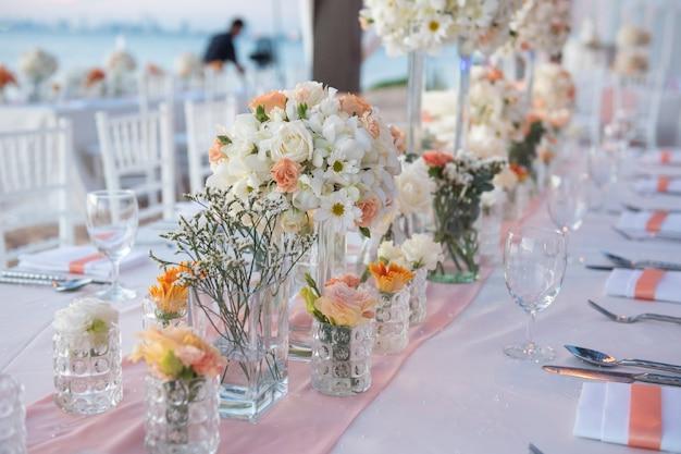 Décorations de table de mariage sur la plage