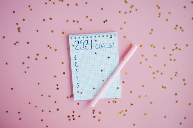 Décorations de vacances et cahier avec objectifs, plans, rêves