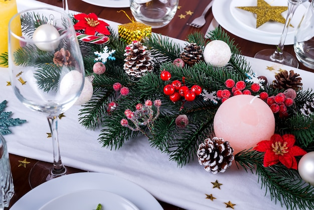 Décore un arrangement de noël avec des bougies. décor de noël pour vêtements de table