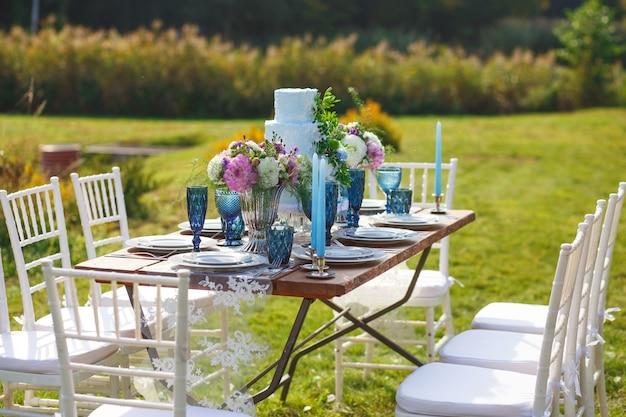 Décoré pour une table de dîner élégante de mariage dans le jardin