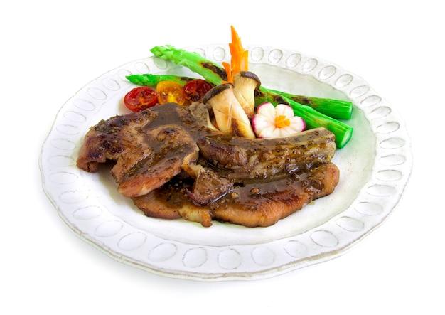 Décorer le bifteck de porc avec une sauce aux poivrons noirs