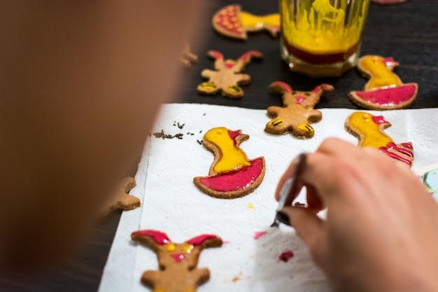 Décorer les biscuits de pain d'épices de pâques