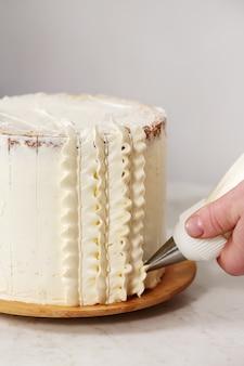 Décorer le gâteau à la crème