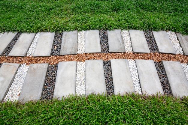 Décorez le sentier sur la pelouse du parc.