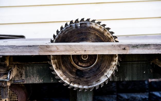 Découpe de bois sur une machine