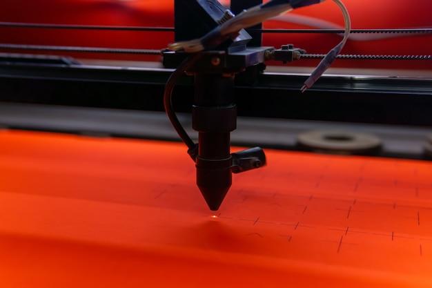 Découpe de fentes dans une feuille de contreplaqué à l'aide d'une machine laser