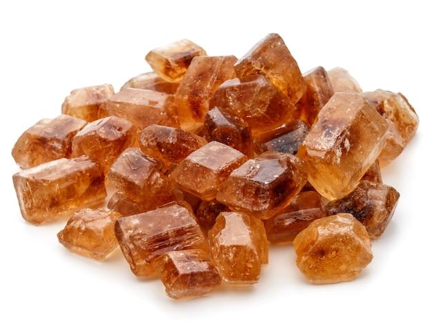 Découpe isolée de cube de sucre de canne caramélisé brun